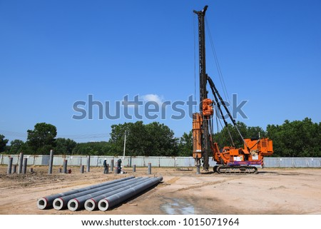 diesel hammer pile driving machine working on construction field Stockfoto ©