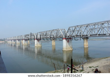 Digha–Sonpur or J.P. Setu is a rail-cum-road steel truss bridge across river Ganga, connecting Digha Ghat in Patna and Pahleja Ghat in Sonpur, Saran district in the Indian state of Bihar.   Foto stock ©
