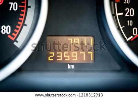 Digital car odometer in dashboard. Used vehicle with mileage meter. Numbers in kilometers. Foto stock ©