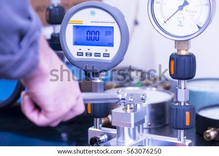 Digital pressure gauge to be calibrated
