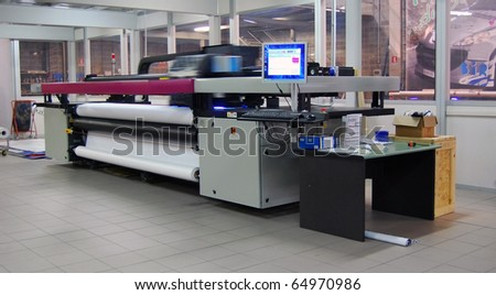 Digital printing system for printing a wide range of superwide-format applications. These printers are generally roll-to-roll and have a print bed that is 2m to 5m wide.