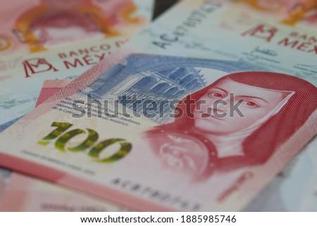 Dinero Mexicano muestra detalles del el peso mexicano Foto stock ©