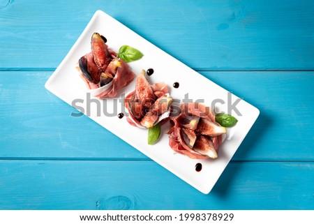 Dish of delicious figs with prosciutto crudo, Italian appetizers  Foto stock ©