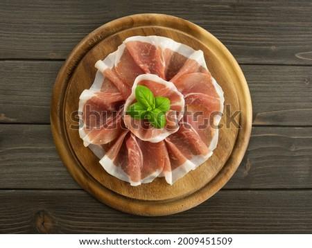Dish with raw ham. Slices of prosciutto crudo. Platter of jamon. Italian food. Flat lay. Foto stock ©