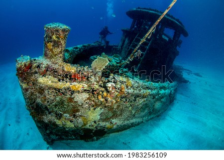 Diver on the wreck of a small tugboat off Grand Case on the French island of St Martin Foto stock ©