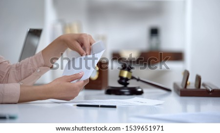 Divorced woman holding envelope with alimony, savings for single mom, allowance Imagine de stoc ©