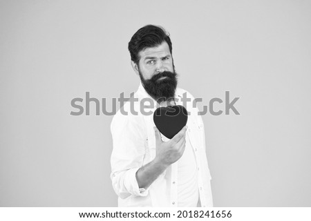 Diy craft. being human organ donor. bearded man red heart. brutal hipster care of his heart. let me be your valentine. Health care. heartbeat diagnostics and treatment. fall in love. love and romance Foto stock ©