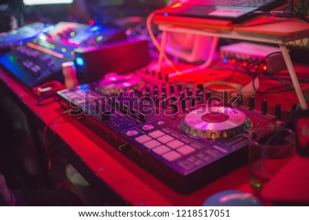 dj turntable and mixer