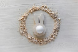 do it yourself: easter bunny - wooden egg stand. Step 6: the finished Easter egg holder lies on the table in a circle of sawdust and shavings