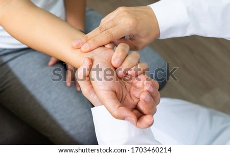 doctor is checking radial pulse at wrist of the athlete patient that has palpitation. medical, healthcare, check up, examination, vital sign concept Foto stock ©