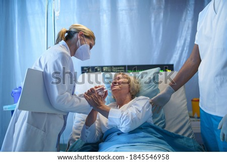 Doctors and happy covid-19 patient in bed in hospital, coronavirus and recovery concept. Foto stock ©