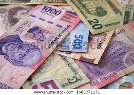 Dollar vs pesos mexicanos (colorful bills of around the world) (colores, peso, billetes, rosa, morado, azul, verde) Foto stock ©