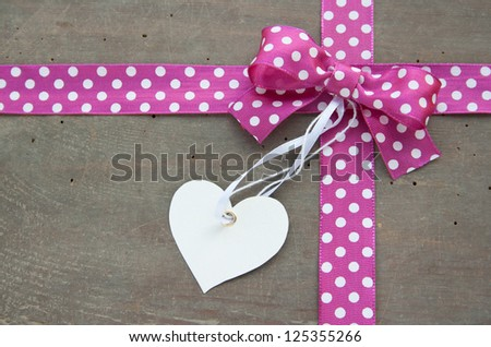 dotted loop with label on wooden ground/dotted loop/label