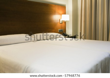 Double bed in a confortable hotel room