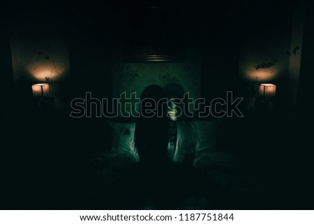 double exposure of ghost woman in haunted hotel with dark filter, halloween concept Foto stock ©