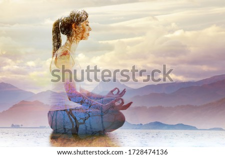 Double exposure of silhouette of woman doing yoga in lotus position over lake landscape. Concept of connection with the universe and nature. Foto stock ©