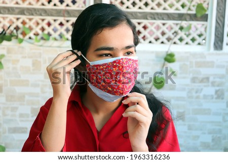double mask prevent infection, Young indian girl wearing two face mask to protect from new strain of coronavirus or new wave of covid-19 outbreak in india. Foto stock ©