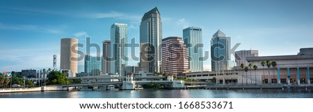 Downtown city panoramic skyline view of Tampa Florida USA looking over the Hillsborough Bay and the Riverwalk Foto stock ©