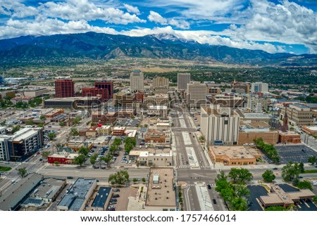Downtown Colorado Springs with Rocky Mountains and Pike's Peak Foto d'archivio ©