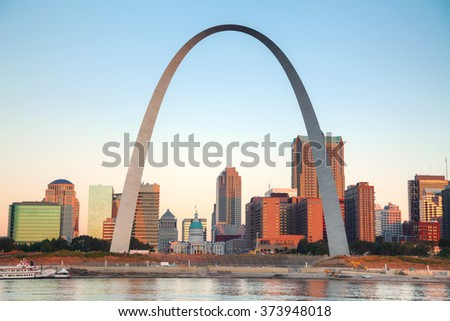 Downtown St Louis, MO with the Old Courthouse and the Gateway Arch at sunrise Foto stock ©