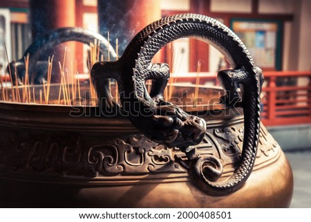 Dragon deity on worship bowl with candlestick in Asian Buddha Tooth Relic Temple in Singapore in Chinatown  Zdjęcia stock ©