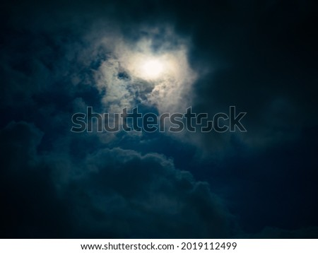 Dramatic cloudscape at night. Full moon among clouds in the night sky. Foto stock ©