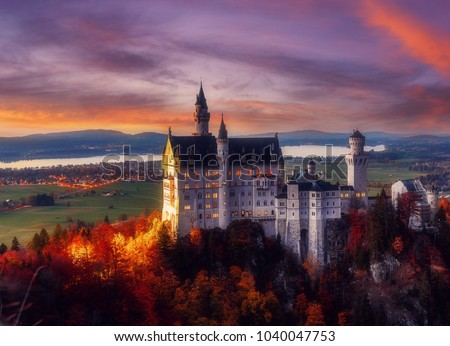 Dramatik Picturesque scene on germany Alps. Impressive autumn Landscape. Mysterious Neuschwanstein Castle in sunset with colorful sky. Picture of the fairytale Castle near Munich in Bavaria, Germany.
