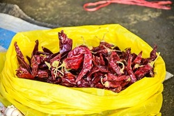 Dried curly chili, dried curly red chili. Has a spicy taste and makes food redder and fragrant