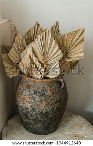 dried palm leaves in a decorative vintage ceramic pot Zdjęcia stock ©