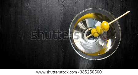 Drink martini. Martini with olives on a black table. Free space for text. Top view Foto stock ©