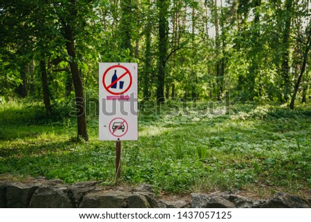 Drinking alcohol is prohibited. A white shield with pictograms indicates a resting place in the forest. Pedestrian zone