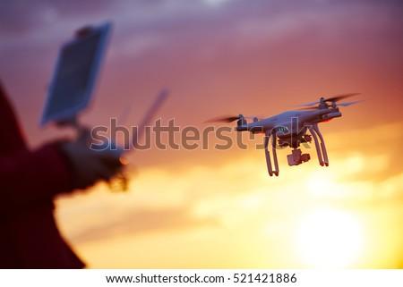 drone pilotage at sunset
