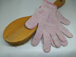 Dry brush and gloves are categorized as physical exfoliation for the body and they have many benefits, one of them to remove dead skin from the body.