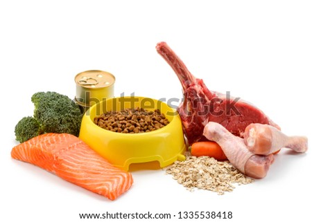 Dry cat's food and its ingredients: vegetables, meat and cereal. Perfectly balanced combination to satisfy your favorite pet.