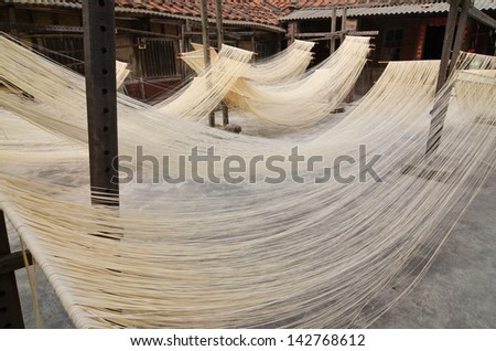 Drying noodles