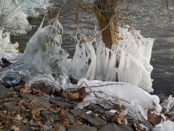 During the flood, a cold zone moved over Frankfurt  This creates beautiful ice sculptures at the Praunheimer Wehr