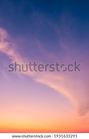 Dusk Vertical,Sunset Sky Twilight in the Evening with colorful Sunlight and Dark blue Sky, Majestic summer nice sky vertical. Foto d'archivio ©