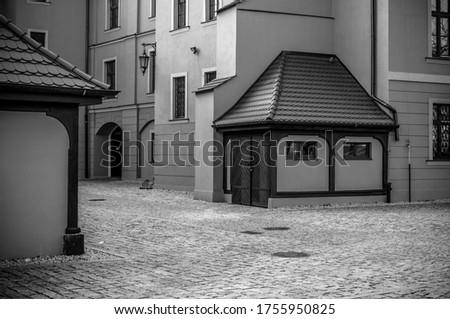 Dziedziniec piastowskiego zamku w polskim mieście Wołowie Zdjęcia stock ©