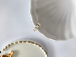 Ear cuff adorned with pearl. Color is gold.