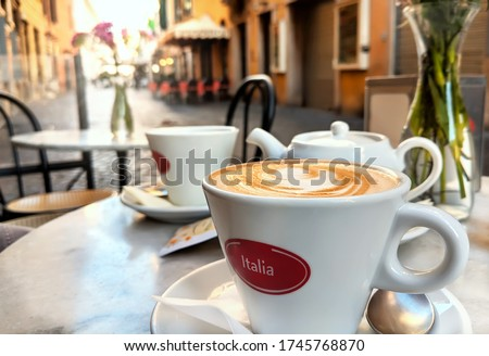 Early Morning Cappuccino at Sunrise along Traditional Italian Street in Rome, Italy Foto d'archivio ©