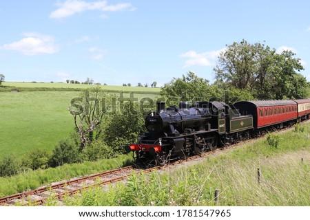 East Somerset Railway, BR Ivatt class 2mt Steam Locomotive near Mendip Vale. Stockfoto ©