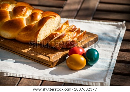 Easter breakfast, Striezel, yeast wreath, plait on a bread board, with colored eggs. plaited or braided, yeast bun Stock foto ©
