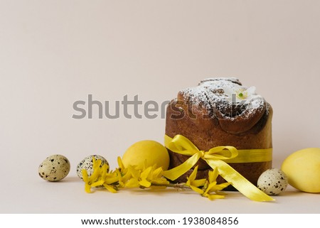 Easter cakes (Orthodox Easter cake), eggs and forsythia branches. The scene of the Easter holiday. Festive composition on the table Foto d'archivio ©
