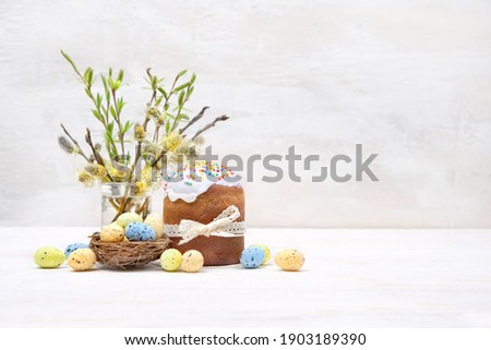 Easter cakes (orthodox kulich), eggs and willow branches. Easter holiday scene. Festive composition on white table. copy space Foto d'archivio ©