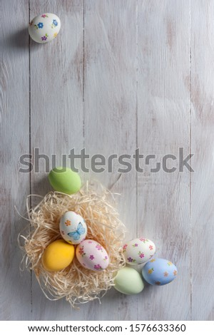 Easter painted egg on wooden rustic table, holiday background for your decoration. Decoupage eggs on colorful boards Foto stock ©