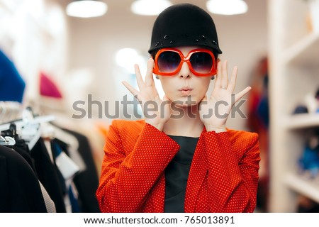 Eccentric Stylish Fashion Girl With Big Sunglasses and Chic Hat - Funny trendy woman wearing a red polka dots blazer and a riding style hat  Foto stock ©