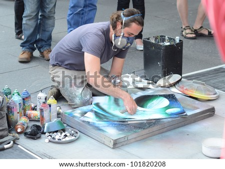 EDINBURGH - JULY 30: an artist at work on July 30, 2011 during the Fringe Festival on the Royal Mile in Edinburgh, Scotland. The Fringe is the world's largest arts festival with 2,500 shows.