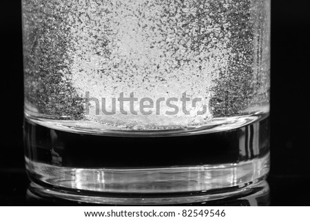 effervescent pill disolve in a glass of water