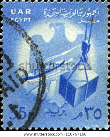 EGYPT - CIRCA 1958: stamp printed by Egypt (United Arab Republic) shows Ship and crate on hoist, circa 1958