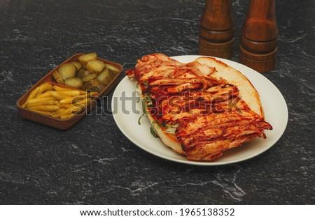 ekmek arası döner, tavuk döner, siyah zemin üzerinde yemek çekimi, turşu Stok fotoğraf ©